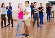 Jongens en meisjes het dansen rumba Stock Afbeeldingen
