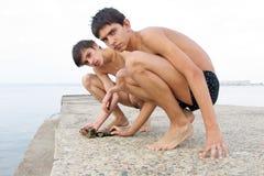 Jongens en stenen Royalty-vrije Stock Foto