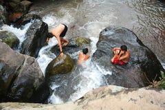 Jongens Grappige Waterval Stock Afbeelding