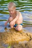 Jongens gravend zand Stock Fotografie