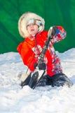 Jongens gravende sneeuw Stock Foto's
