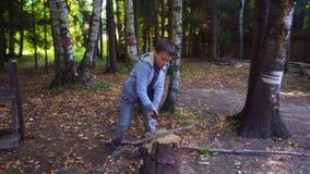 Jongens hakkend hout in de binnenplaats Hij bereidt brandhout voor steadicam schot stock video