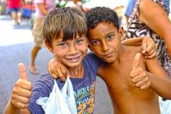 Jongens het maken beduimelt omhoog stock foto