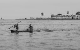 Jongens in hun kano het paddelen Stock Foto