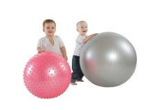 Jongens met geschiktheidsballen Stock Afbeeldingen