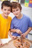 Jongens met pizza royalty-vrije stock foto