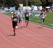 Jongens op de 100 meters ras Royalty-vrije Stock Foto