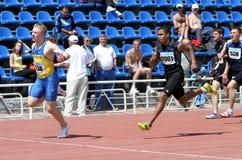 Jongens op de 100 meters ras Stock Foto's