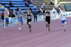 Jongens op de 200 meters ras Royalty-vrije Stock Afbeeldingen