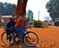 Jongens op Fiets - Metarica Mozambique Stock Foto