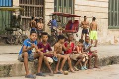 Jongens op stoep het spelen slaginstrumenten Havana Stock Afbeeldingen