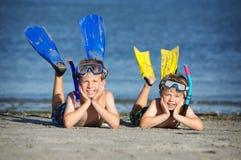 Jongens op strand stock afbeelding