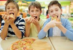 Jongens in pizzeria stock foto