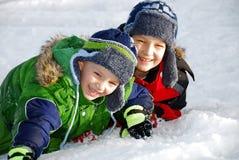 Jongens in sneeuw stock foto