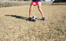 Jongens speelvoetbal in het park stock afbeelding