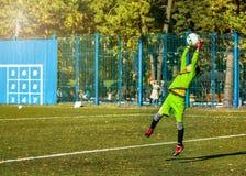 Jongens speelvoetbal op een opleidingsgebied royalty-vrije stock afbeelding