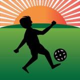 Jongens speelvoetbal in playfield Royalty-vrije Stock Afbeelding