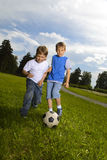 jongens spel in voetbal Royalty-vrije Stock Foto's
