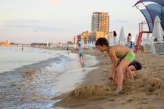 Jongens springende vrijheid in het strand royalty-vrije stock foto