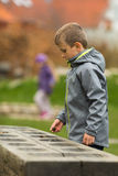 Jongens tellende stenen royalty-vrije stock foto
