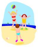 Jongens terwijl het spelen van bal op het strand Stock Afbeeldingen