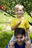 Jongens in tuin Royalty-vrije Stock Foto's