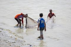 3 jongens vissen op Karnafuli-de gebieden van Riviersadarghat, Chitagong, Bangladesh Stock Afbeeldingen