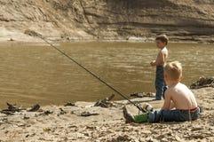 Jongens visserij Royalty-vrije Stock Afbeeldingen