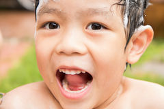 Jongensglimlach en lach wanneer hij en gelukkig op zijn badtijd geniet van Royalty-vrije Stock Afbeeldingen