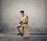 Jongenslezing van een tablet Royalty-vrije Stock Afbeeldingen