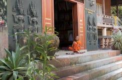 Jongensmonnik op de stappen van een Boeddhistische pagode Stock Afbeelding