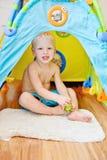 Jongensplateren thuis Stock Fotografie