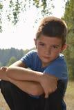 Jongensportret met bos Stock Afbeelding