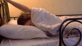 Jongensslaap bij herberg op stapelbedkielzog omhoog, rek en geeuwen stock footage