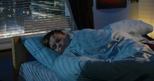Jongensslaap in zijn bed stock videobeelden
