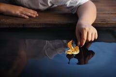 Jongensspel in bladschip Royalty-vrije Stock Afbeeldingen
