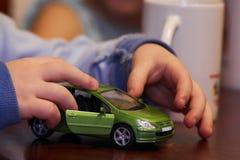 Jongensspel met auto Stock Foto's