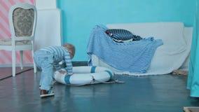 Jongensspel met decoratie in mariene stijl stock videobeelden