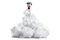Jongensstudent, bergbovenkant als symbool van voltooiing en succes in het leven stock afbeeldingen