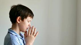Jongenstiener het bidden geloof in god stock videobeelden