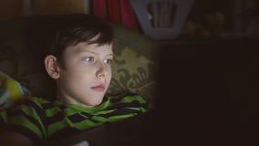 Jongenstiener met laptop het spel van computerspelen op Internet stock footage
