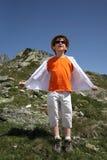 Jongenstribune op bergspoeling Royalty-vrije Stock Fotografie