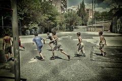 Jongensvoetbal in het voetbal van Armenië, jongen, bal, spel, voetbal, jong geitje, spel, kind, sport, actief doel, de concurrent royalty-vrije stock foto