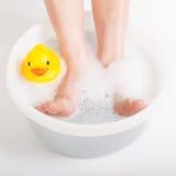 Jongensvoeten in voedselbad met rubbereend Royalty-vrije Stock Afbeelding