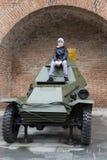 Jongenszitting op de pantserwagen in het Kremlin in nizhny novgorod, Russische federatie Royalty-vrije Stock Fotografie
