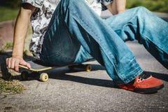 Jongenszitting op een skateboard Royalty-vrije Stock Foto