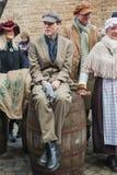 Jongenszitting op een vat tijdens het Dickens-Festival in Deventer Stock Afbeeldingen