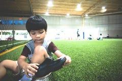 Jongenszitting op het gebied van de voetbalsport Stock Fotografie