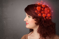 Jongere die over liefde met rode harten denken Royalty-vrije Stock Foto