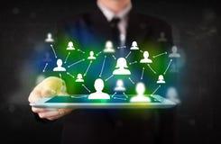 Jongere die tablet met groene sociale media pictogrammen voorstellen royalty-vrije stock foto